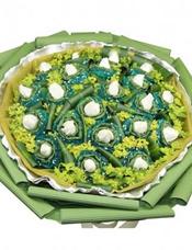 21枝白玫瑰独立包装,黄英丰满,龟背叶间插。