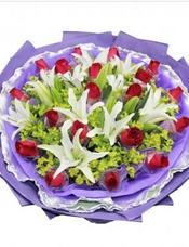 19枝红玫瑰独立包装,5枝多头白百合,黄英丰满。