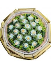 20枝香槟玫瑰独立包装,龟背叶间插,黄英丰满(香槟属特殊花材,需要提前3天预订)。
