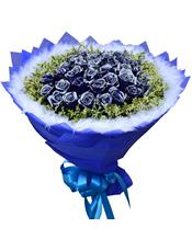 36枝蓝玫瑰,水晶草丰满围边,外围一圈白色羽毛装饰