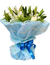 4枝白色多头香水百合,9枝白玫瑰,绿叶、黄英间插