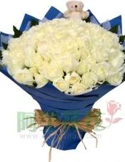 99枝白玫瑰,绿叶围边,随机搭配小熊一只