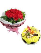 33支红玫瑰,栀子叶外围;圆形鲜奶水果蛋糕,时令水果,巧克力拉丝和巧克力插片装饰。
