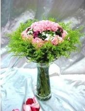 18枝粉色康乃馨,配以时款衬花,带花瓶