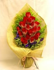 18枝�t色玫瑰,�S孔雀草,勿忘我,日式包�b