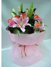 粉色百合,粉色玫瑰,配以�r款�r花,高雅包�b。
