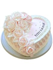 心形鲜奶蛋糕,左侧奶油花装饰。