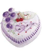心形鲜奶蛋糕,5朵紫色玫瑰,两颗红樱桃,两只白天鹅