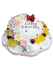 双层的鲜奶水果蛋糕,数朵颜色各异的雕花和时令水果点缀修饰