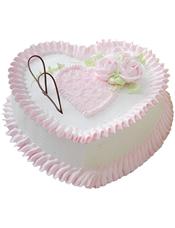 心形鲜奶蛋糕,粉色鲜奶玫瑰花、巧克力片装饰