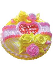 圆形鲜奶蛋糕,红色果酱,黄色、粉色鲜奶玫瑰花装饰