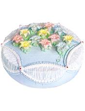 圆形鲜奶蛋糕,彩色奶油花点缀