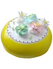 圆形鲜奶蛋糕,黄色果酱围边,彩色奶油花装饰