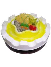 圆形鲜奶蛋糕,绿色果浆,时令水果装饰,底边用巧克力酱描边