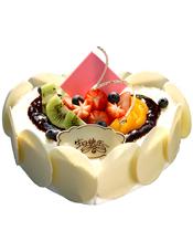 心形鲜奶水果蛋糕,时令水果装饰,巧克力片围边装饰