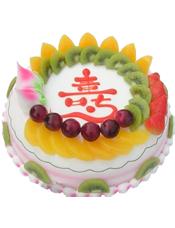圆形鲜奶水果蛋糕,时令水果装饰,蛋糕上写一个大红色的寿字
