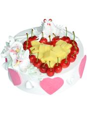 圆形水果蛋糕,时令水果装饰成心形,两只奶油小动物
