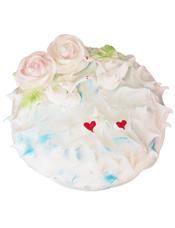 圆形鲜奶蛋糕,蛋糕上两朵粉色玫瑰花,两只白天鹅,两颗小红心。
