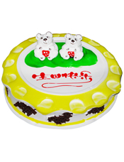 鲜奶果浆蛋糕,中间白色小熊一对,周边黄色果浆。外围巧克力屑点缀