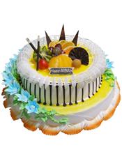 双层鲜奶水果蛋糕,下层奶油花装饰,上层时令水果装饰