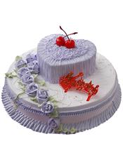双层鲜奶蛋糕,上层是心形,紫色奶油流苏装饰,樱桃(没有时用其他水果代替)点缀,下层紫色奶油玫瑰花装饰