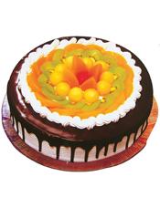 圆形水果巧克力蛋糕,各式水果围圈,中间一颗红樱桃