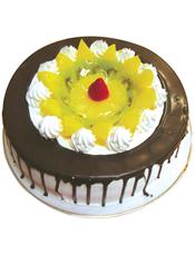 圆形鲜奶水果蛋糕,中间时令水果,周边巧克力酱装饰。