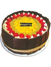 圆形鲜奶水果蛋糕,中将黄色时令水果,草莓围边(因季节性原因,缺货会用其他红色时令水果装饰。)周边用巧克力片包裹。