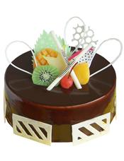 圆形巧克力蛋糕,时令水果、巧克力片装饰