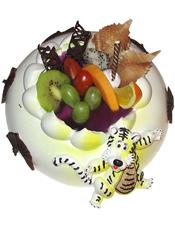 圆形鲜奶水果蛋糕,新鲜时令水果装饰,巧克力围边,一只跳跳虎点缀。