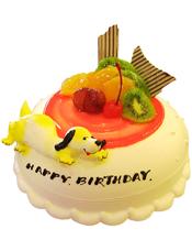 圆形鲜奶水果蛋糕,红色果酱衬托,一只黄色小狗。