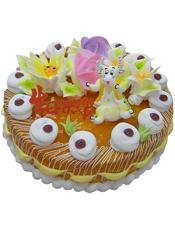 圆形鲜奶蛋糕,外层抹有黄色果酱,四朵奶油花装饰,一只可爱牛牛。