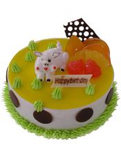 圆形奶油蛋糕,上面一层黄色果酱,时令水果、奶油花装饰,一只可爱猪猪端坐其中。