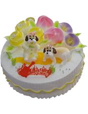 圆形奶油蛋糕,各色奶油花装饰,两只可爱狗狗端坐其中。