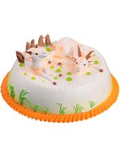 圆形奶油蛋糕,两只小羊装饰,绿色奶油植物围边。