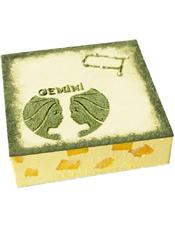 Gemini双子座专属,方形慕斯蛋糕,底层芒果慕斯,表层绿茶口味。(本产品仅限北京、上海、广州、深圳、青岛市区配送,购买前请咨询客服)
