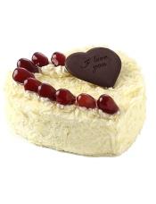 心形欧式鲜奶蛋糕,水果点缀装饰,黑色巧克力片点缀。