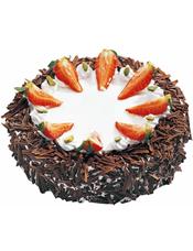 圆形黑森林蛋糕,白色奶油铺面,草莓切片点缀(季节性水果,如缺货,用其他水果代替)