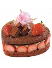 心形黑森林蛋糕,草莓片围边,2个草莓点缀(季节性水果,如缺货,可用其他水果代替)