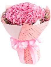 99枝水蜜桃色玫瑰,粉色勿忘我围边。