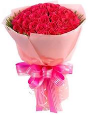 99枝红玫瑰,黄英点缀。