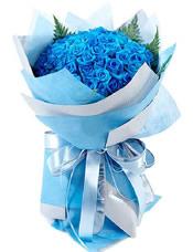 99枝蓝玫瑰,绿叶点缀。
