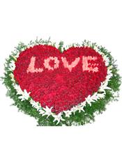 999枝红玫瑰(中间粉玫瑰包含在内),40朵白百合、蓬莱松环绕