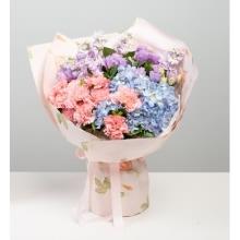 粉色康乃馨10枝,浅蓝色绣球1枝,浅紫色紫罗兰5枝,浅紫洋桔梗6枝,栀子叶10枝
