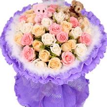 玫瑰共33枝;粉色玫瑰11枝,白色玫瑰11枝,香槟玫瑰11枝,黄莺间插,2个情侣小熊,白色羽毛外围