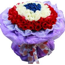 66支玫瑰花束;由里到外分别为11枝蓝玫瑰,22枝白玫瑰,33枝红玫瑰