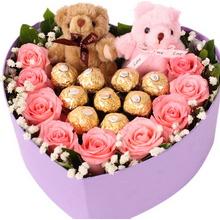 9枝戴安娜粉玫瑰+9顆巧克力,滿天星、綠葉外圍搭配,2個情侶小熊