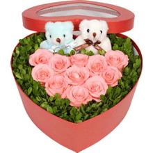 粉玫瑰擺成心形,米蘭葉外圍,2個情侶小熊