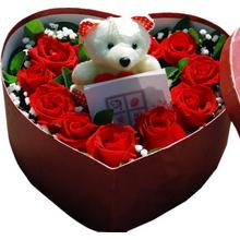 紅玫瑰圍成心形,滿天星、綠葉間插,1個可愛小熊
