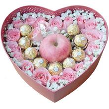 19支粉玫瑰、9颗圆形巧克力,1只平安果(苹果)依次排列成心形效果,满天星或其他配花适量点缀
